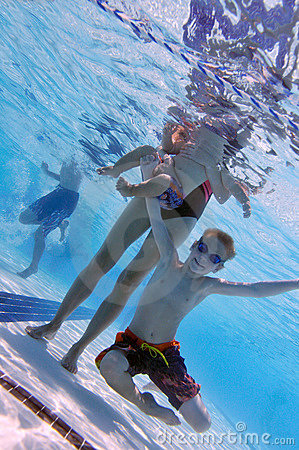 Famiglia alla piscina