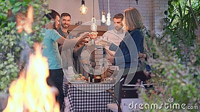 Famiglia amichevole che ascolta i toast e porta bicchieri con alcool Trascorrere il tempo insieme a festeggiare stock footage