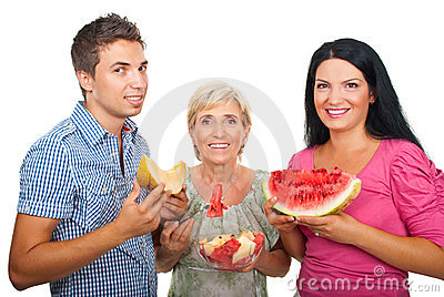 Famiglia in buona salute con i meloni