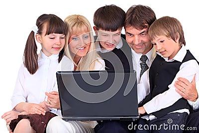 Famiglia che esamina calcolatore