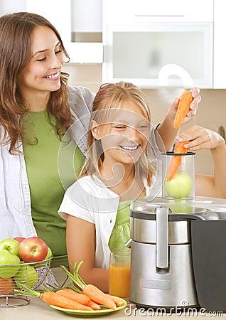 Famiglia che produce spremuta fresca