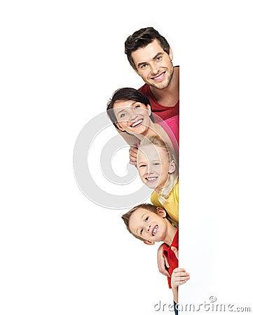 Famiglia con un insegna