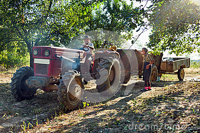 Famiglia dei coltivatori con il trattore