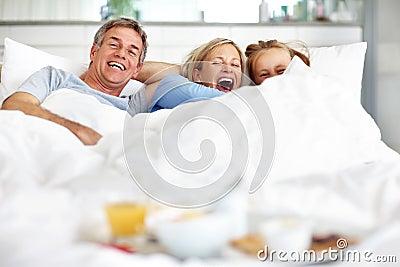 Famiglia emozionante che si trova insieme sulla base nel paese