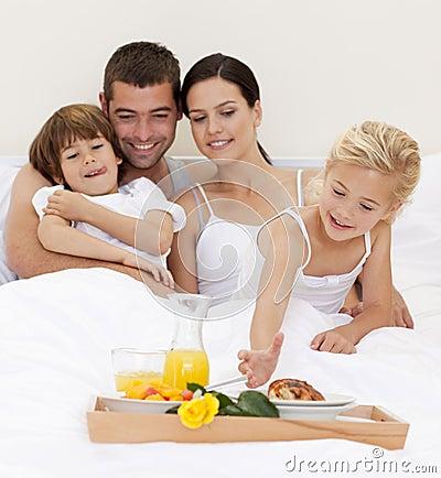 Famiglia felice che mangia prima colazione nutritiva in camera da