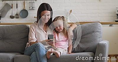 Famiglia felice che utilizza app di apprendimento in lingua straniera video d archivio