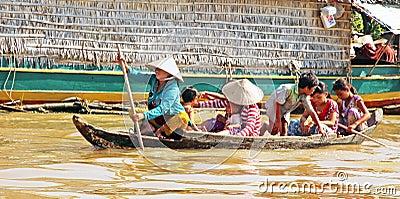 Familia camboyana en el barco Foto editorial