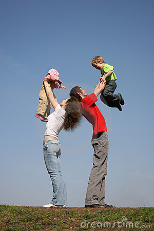 Familia con dos niños en las manos
