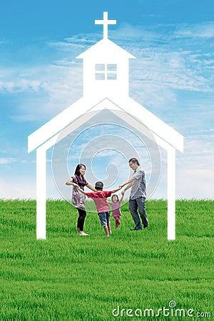 Familia cristiana en la iglesia