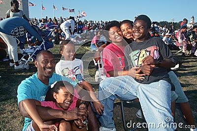 Familia del afroamericano en el acontecimiento Imagen editorial