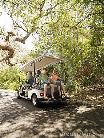 Familia en carro de golf.