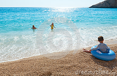 Familia en el mar jónico del verano