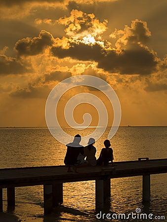 Familia en la puesta del sol