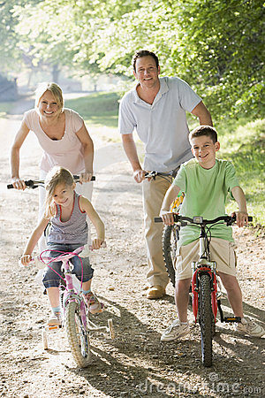 Familia en paseo de la bicicleta
