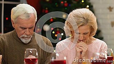 Familia extensa que ruega antes de la comida de la Navidad, bendición de la cena, alcohol del día de fiesta almacen de metraje de vídeo