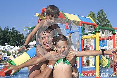 Familia feliz en el parque del agua