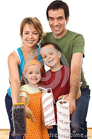 Familia feliz lista para pintar