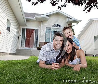 Familia feliz que miente en hierba
