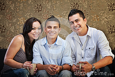 Familia hispánica alegre