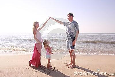 Familia joven por el mar