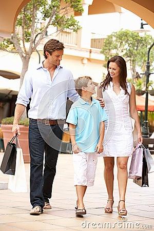 Familia joven que disfruta de viaje de las compras