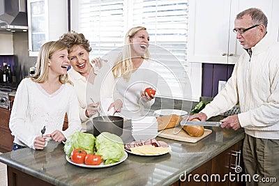 Familia Multi-generacional que hace el almuerzo en cocina