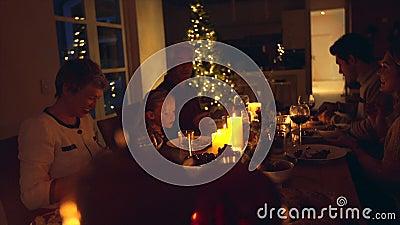 Familia que disfruta de la cena de la Navidad junto almacen de metraje de vídeo