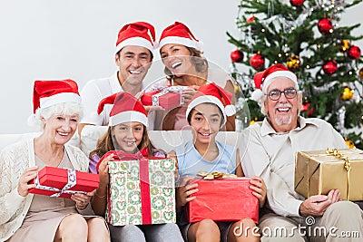 Familia que intercambia regalos de Navidad