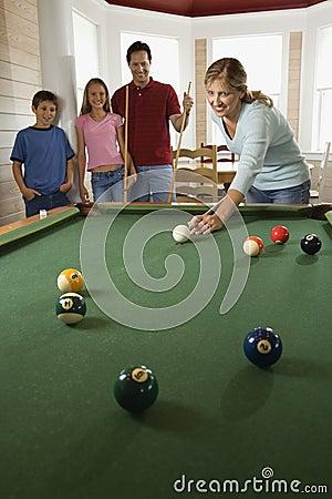 Familia que juega al billar en sitio de Rec