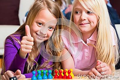 Familia que juega al juego de mesa en casa