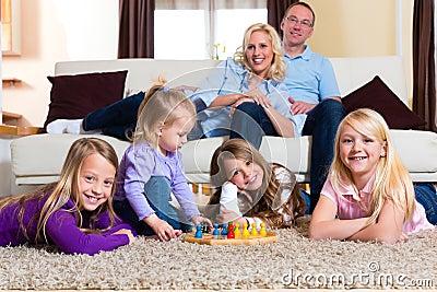 Familia que juega el juego de mesa en el país