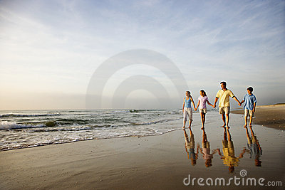 Familia que recorre en la playa