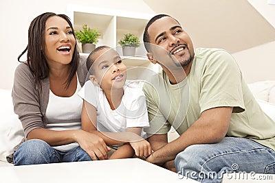 Familia sonriente feliz del afroamericano en el país