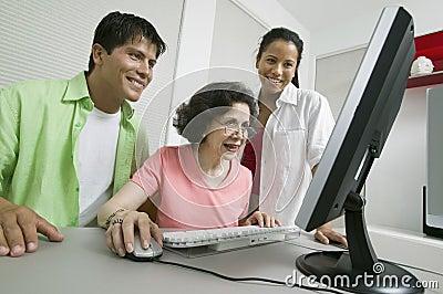 Familie bij Computer