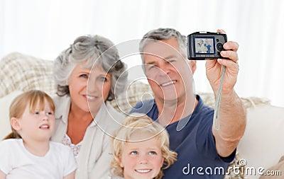 Familie die een foto van zich neemt