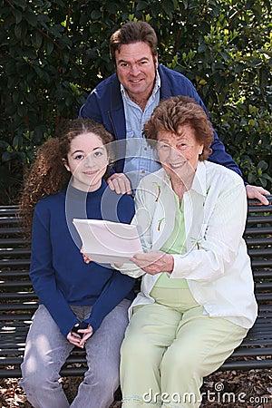 Familie die Goed Nieuws leest
