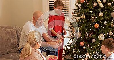 Familie die Kerstmis van ochtend genieten stock videobeelden