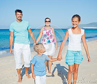 Familie die pret op strand hebben