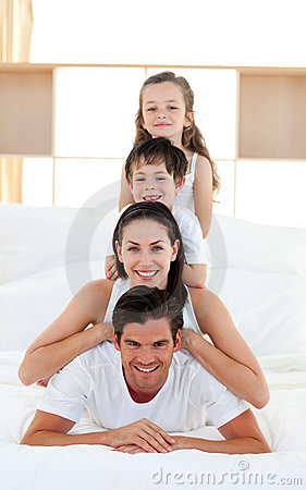Familie, die Spaß auf Bett der Muttergesellschafts hat