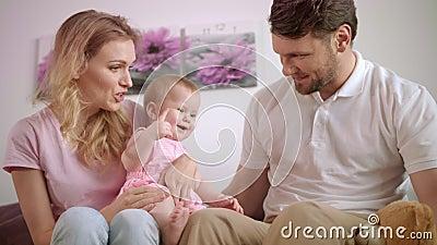 Familie, die zusammen mit Spielzeugbären spielt Mutter und Vater mit Baby stock footage