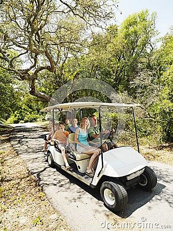 Familie im Golfwagen.