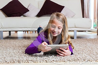 Familie - Kind, das mit Tablettecomputerauflage spielt