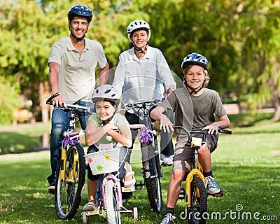 Familie met hun fietsen