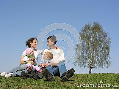 Familie met twee kinderen. de lente