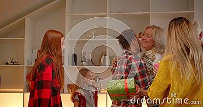 Familie ontmoet bij de kleindochter van Kerstmis, vreugde over de geschenken van grootouders stock video