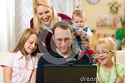 Familie voor computer die video heeft conferenc