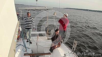 Familievakantie op jacht, openluchtactiviteiten, vakantie, cruise stock video