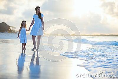 Familj på solnedgången