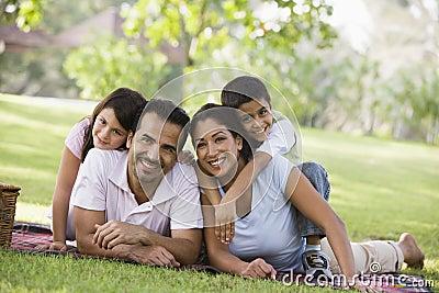 Familj som har picknicken