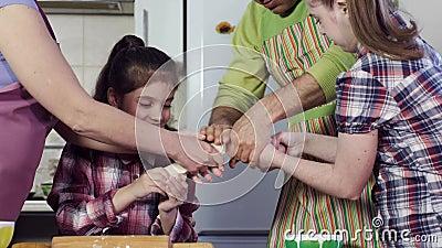 Familjen förbereder läckert mål och sträcker tjock deg arkivfilmer